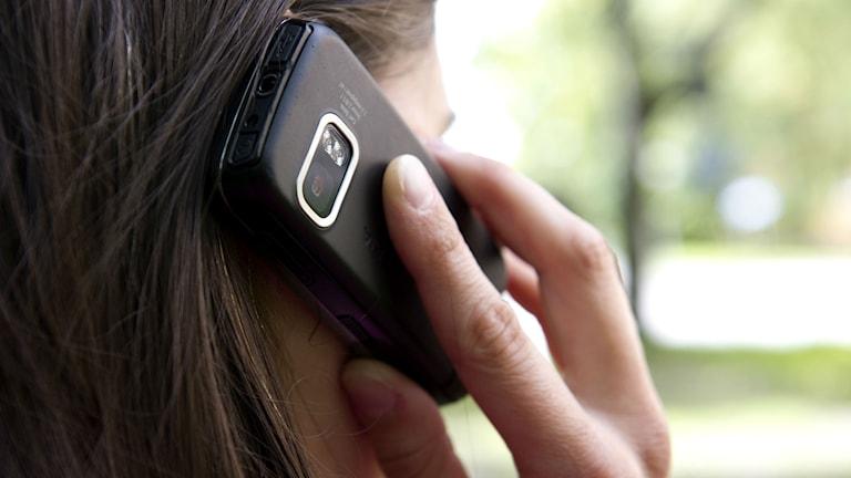 Person talar i mobiltelefon - anonym bild bakifrån. Foto: Henrik Montgomery/Scanpix