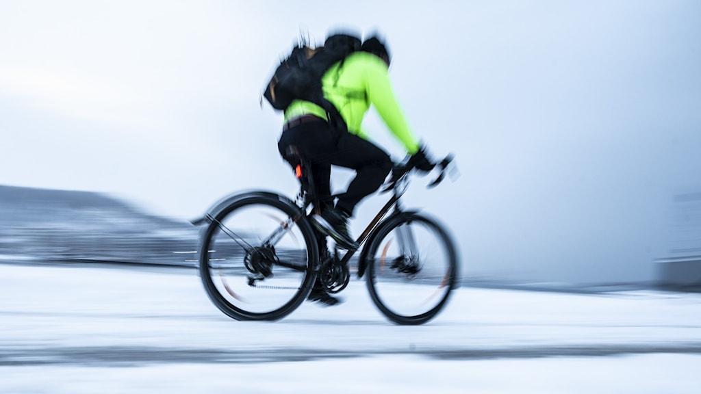 En cyklist som cyklar på snö.