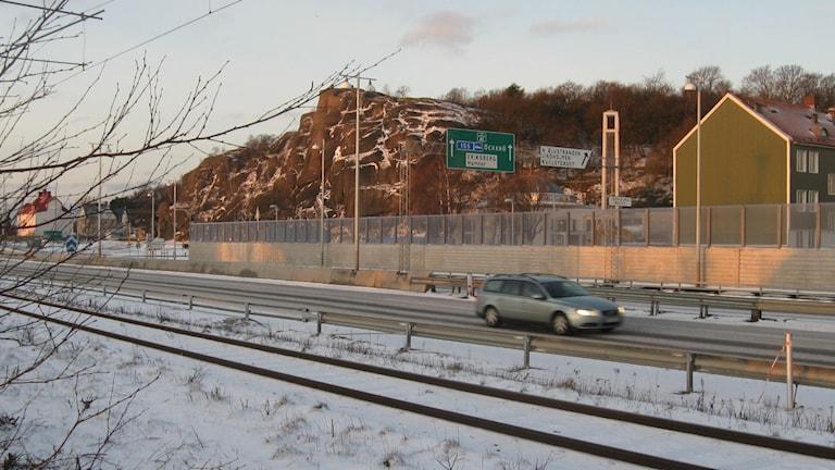 Hamnbanans järnvägsspår och bil på Lundbyleden framför Ramberget. Foto: Peter Stenberg/SR