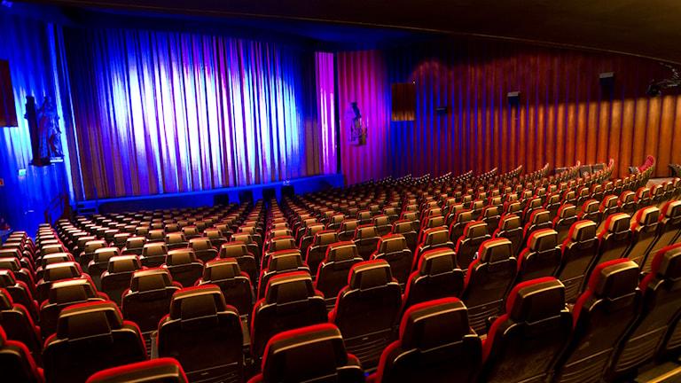 En tom biosalong inför en film.