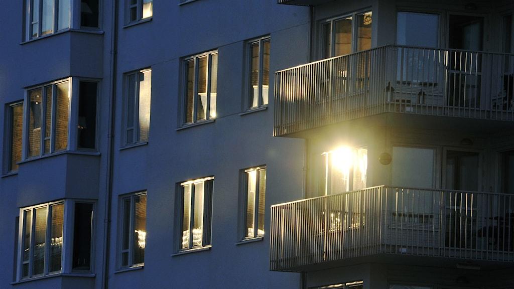 En husfasad med fönster och balkonger.