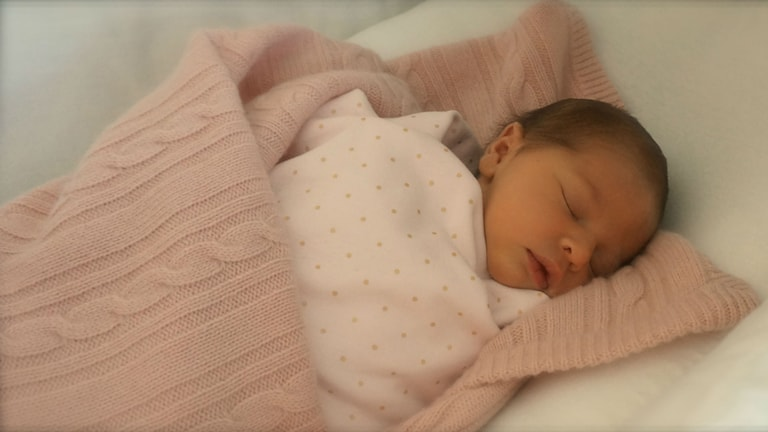 Prinsessan Leonore Lilian Maria ligger på en filt.