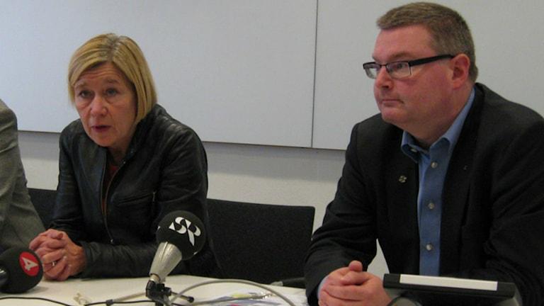 Annelie Hulthén (S) och Jonas Ransgård (M) sitter på ett presspodium.