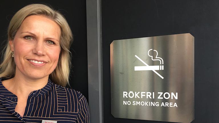 Hanna Grujovic och flera andra hotelldirektörer vill att Göteborgs stad inför rökhållplatser för att minska risken för att fimpar hamnar på gatan.