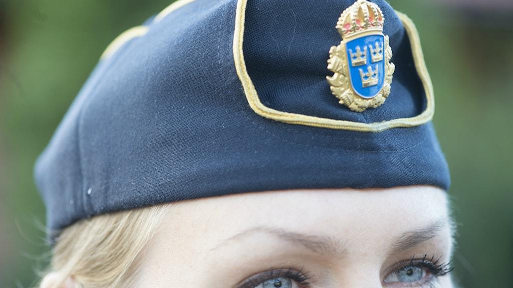 Polis emblem polismössa kvinnlig polis