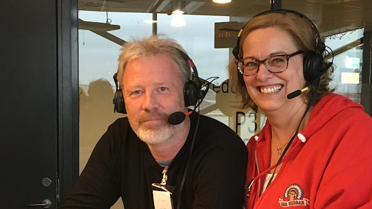 En kvinna och en man i studion