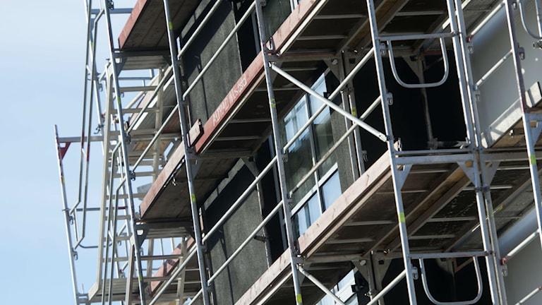 Byggnadsställningar kring ett flerfamiljshus. Foto: Fredrik Sandberg/TT