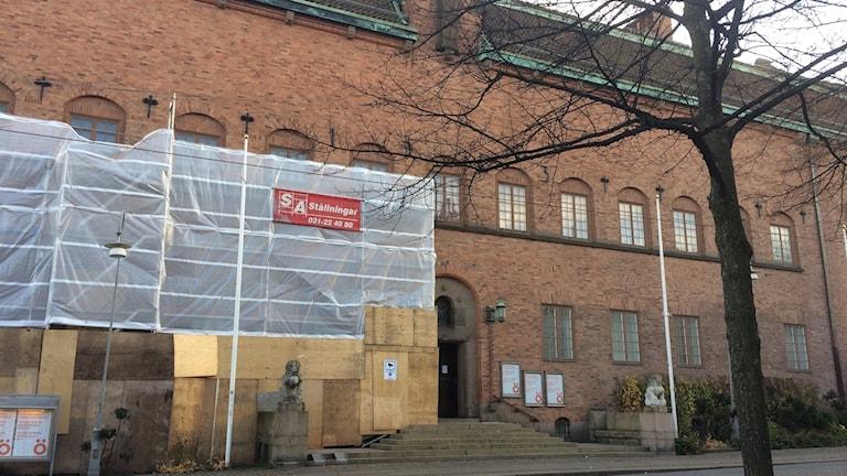 Byggnadsställningar framför museet.