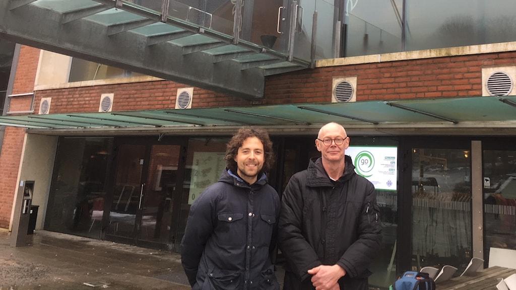 Två män står utanför Chalmers tekniska högskola
