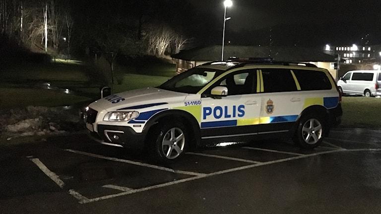 En polisbil utanför Migrationsverkets förvar i Kållered