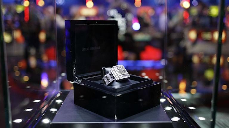 Priset i världsmästerskapet i poker som avgjordes i Las Vegas i måndags. Foto: John Loche/AP