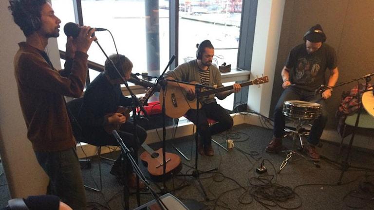 Lilla bäcken spelar live i P4 Morgons studio