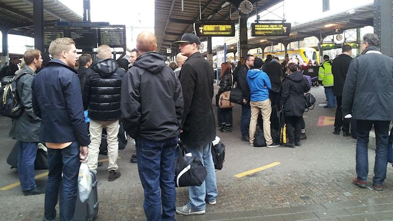 Många får vänta när tågen försenas. Foto: Nina Sjöman/SR