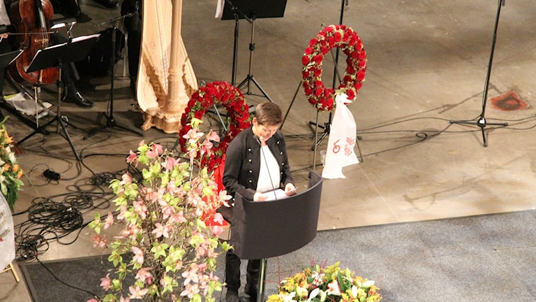 Ann-Sofie Hermansson talar vid Göran Johanssons begravningsceremoni idag. Foto: Josipa Kesic/SR