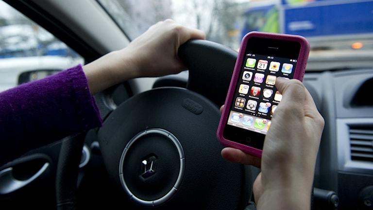 Skickar sms medan hen kör.  Foto: Fredrik Sandberg/TT