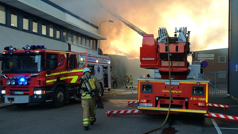 Branden uppstod i en industrilokal på Ringön. Foto Peo Wenander.