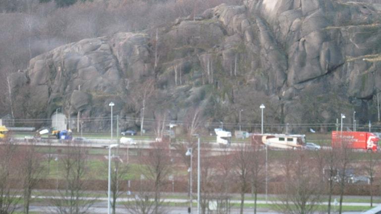 Lastbilsdemonstration nedanför ramberget - lång karavan med lastbilar. Foto: Epp Anderson/Sveriges Radio