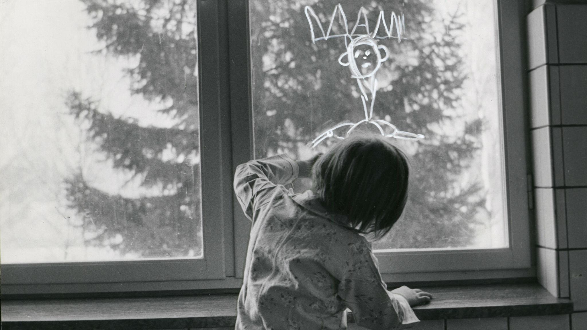 En flicka ritar sin mamma på fönstret i Örby barnhem. Foto: Pressens bild/TT