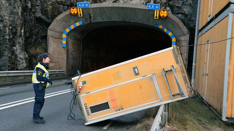 Vid Källösundsbron nära Tjörnbron blåste en toalett vid en byggarbetsplats över vägen. Foto: Mikael Berglund/Nyheter STO