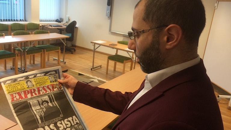 Mohammad El-Alti, presstalesman vid Göteborgs moské, tittar på Expressens förstasida dagen efter terrordådet i Paris. Foto: Peter Stenberg/SR
