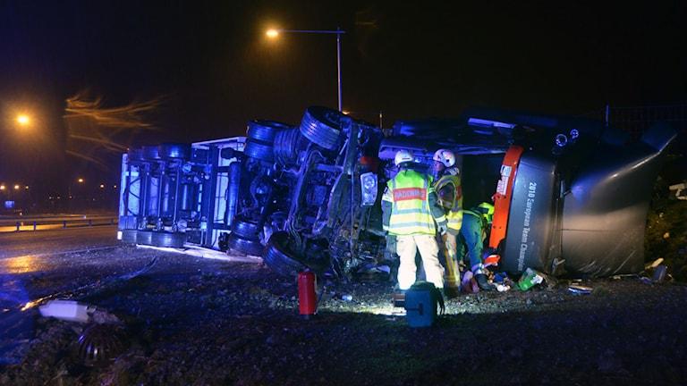 Lastbil lkörde av E6 vid Ljungskile och välte. Foto: Mikael Berglund