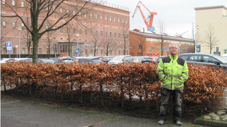 Georg Johansson, flygbullergruppen Härryda Östra med en av hamnkranarna i bakgrunden. Foto: Epp Anderson/Ssveriges Radio