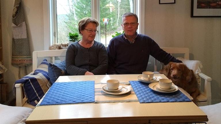 Paret Rydén på Orust är fortfarande utan telefon, tv och internet sedan stormen Egon. Foto: Oskar Lodin / Sveriges Radio