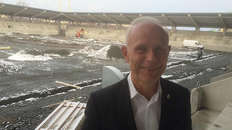 Dennis Andersson, Häckens klubbdirektör, på nya arenan som än så länge är en byggarbetsplats. Foto: Peter Stenberg/SR