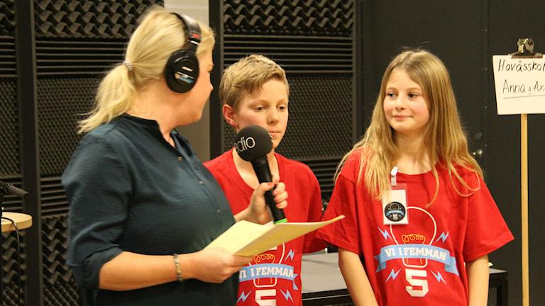 Axel Gedda och  Anna Ståhl blev intervjuade av programledaren Linn Ohlsson efter kvartsfinalen. Foto: Madeleine Blidberg.