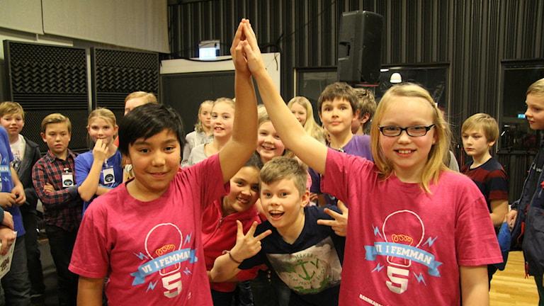 Jiippieeee! Glada barn från Noleredskolan. Foto: Madeleine Blidberg/SR