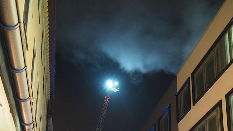 """""""Brand på tak""""på Drottningsgatan visade sig vara ånga. Foto: Jonatan Walck"""