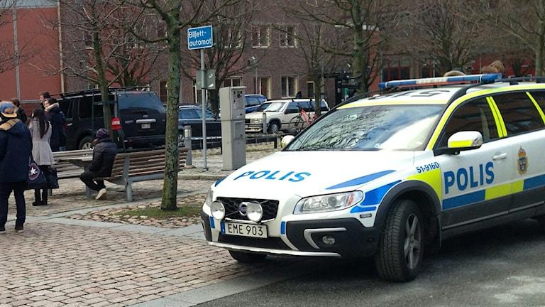 Polis på plats utanför skolan på Lindholmen. Foto: Kerstin Kaminski/Sveriges Radio
