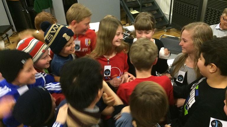 Kompisarna hyllade Hovåslaget efter segern. Foto: Susanne Ehlin/SR