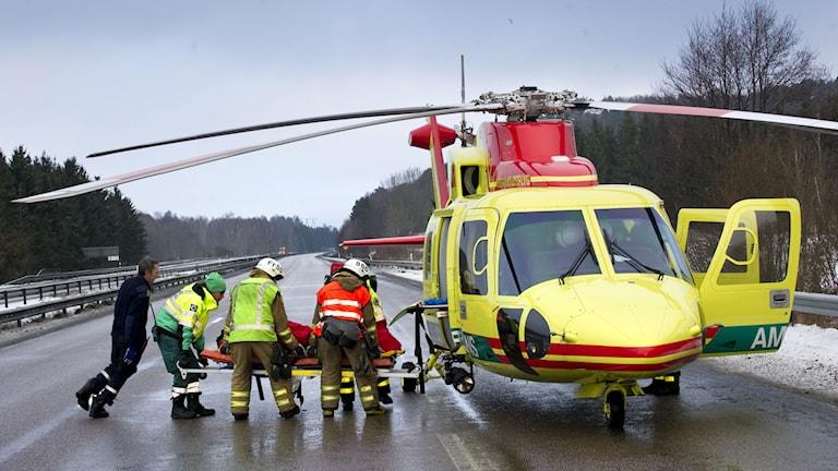 Arkivbild. Skadad person lyfts in i ambulanshelikopter.