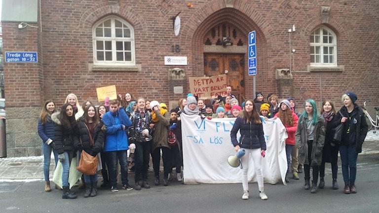 Strejkande elever uppvaktar områdeschef. Foto: Lasse Nilsson/Sveriges Radio.