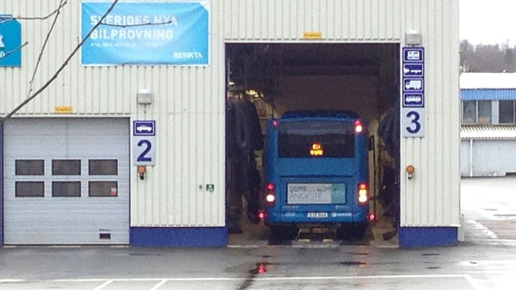 En buss på väg inte för att besiktas på Besikta i Partille. Foto: Erica Hedin/Sveriges Radio