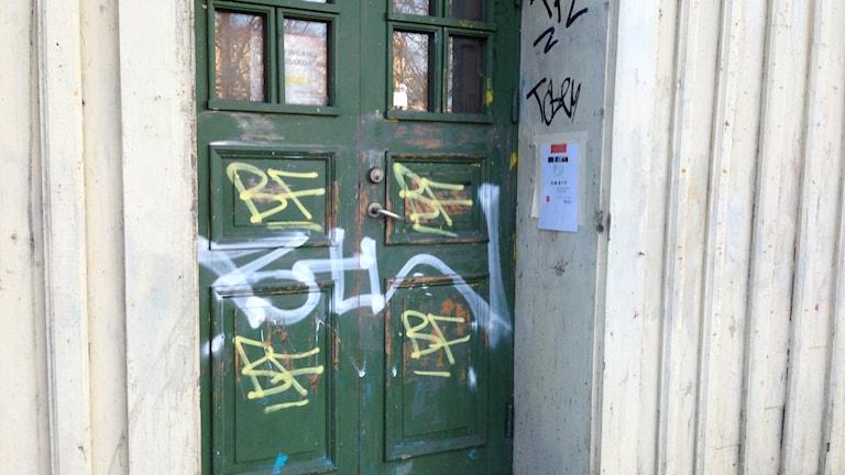 En sönderklottrad dörr på ett av frälsningsarmens hus i Haga. Foto: Jacob Snöbohm / SR