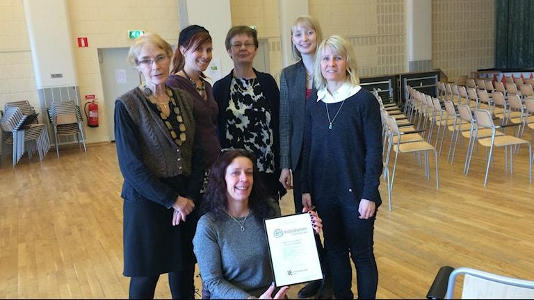 Glada anställda på SDF Östra Göteborg med sitt miljödiplom Foto: Hasse Andersson