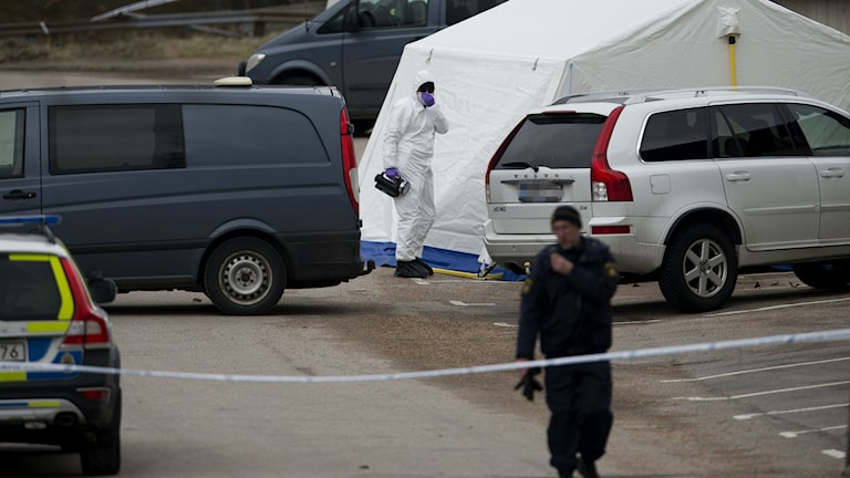 Polisens tekniker undersöker platsen där tre personer mördats. Foto Björn Larsson Rosvall / TT