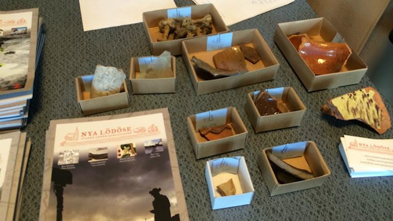 Några av fynden från utgrävningarna av Nya Lödöse. Foto: Hugo Hellman/SR