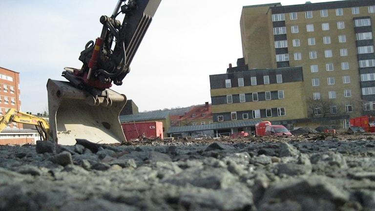 Grävskopa och grus. Foto: Lina Persson