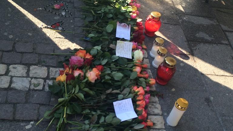 Blommor och ljus efter skottdramat vid Vårväderstorget. Foto: Hugo Hellman/SR