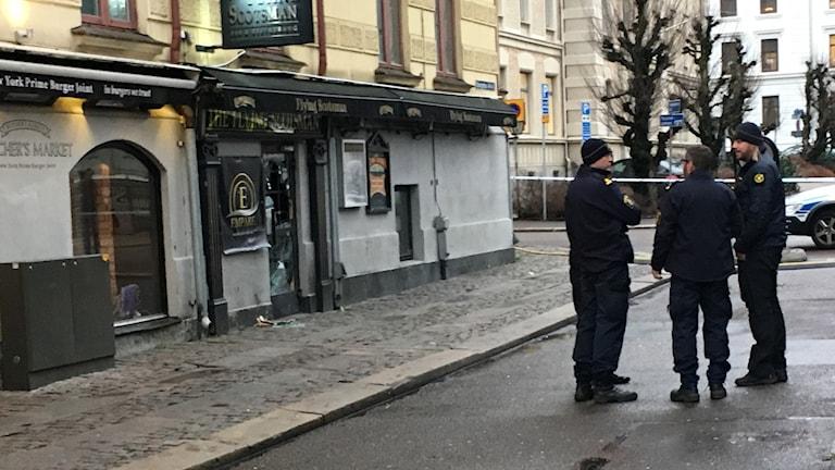 Poliser står på gata i centrala Göteborg.