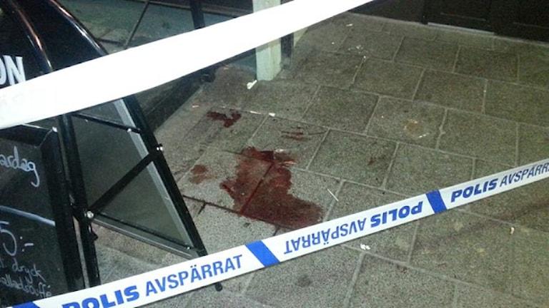 Blod utanför restaurangen på Vårväderstorget. Foto: Andreas Kron / Sveriges Radi