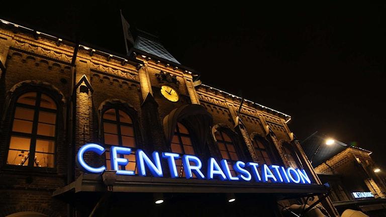Göteborgs centralstation, skylten lyser blå på kvällen. Foto: Björn Larsson Rosvall/TT.