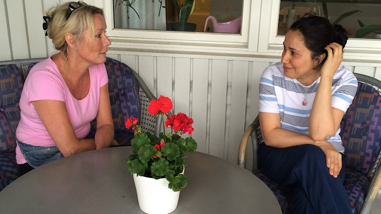 Marie Brynolfsson och Kafiye Taspinar är nöjda med försöket med sex timmars arbetsdag. Arkivfoto: Josipa Kesic/SR