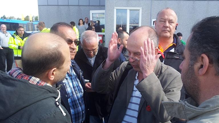 Huvudskyddsombudet Lasse Selander från Kommunal diskuterar med upprörda busschaufförer. Foto: Lasse Nilsson/SR
