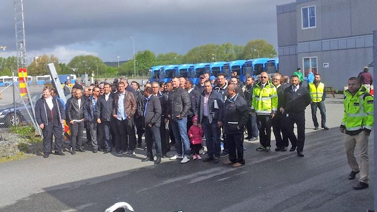 Ett hundratal upprörda busschaufförer samlades idag. Foto: Lasse Nilsson/SR