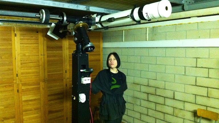 Katja Lindblom vid ett av observatoriets teleskop. Foto: Sveriges Radio/Markus Bergfors