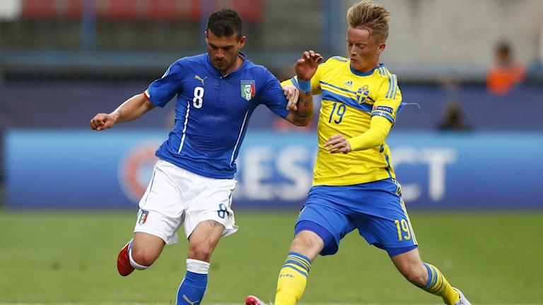 Sam Larsson i duell med Stefano Sturaro i gruppspelsmatchen mot Italien. Foto: AP Photo/Mattias Schrader.